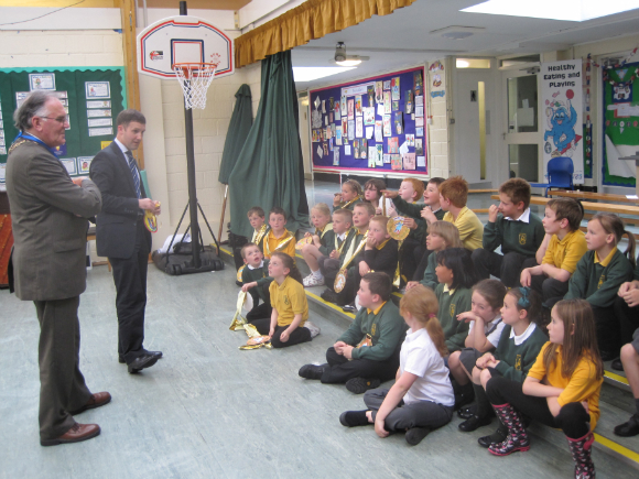MICHAEL SPEAKING TO THE PUPILS OF BAINSFORD PRIMARY AT THEIR GOING FOR GOLD EVENT